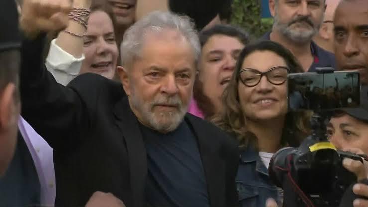 Lula deixa cadeia em Curitiba