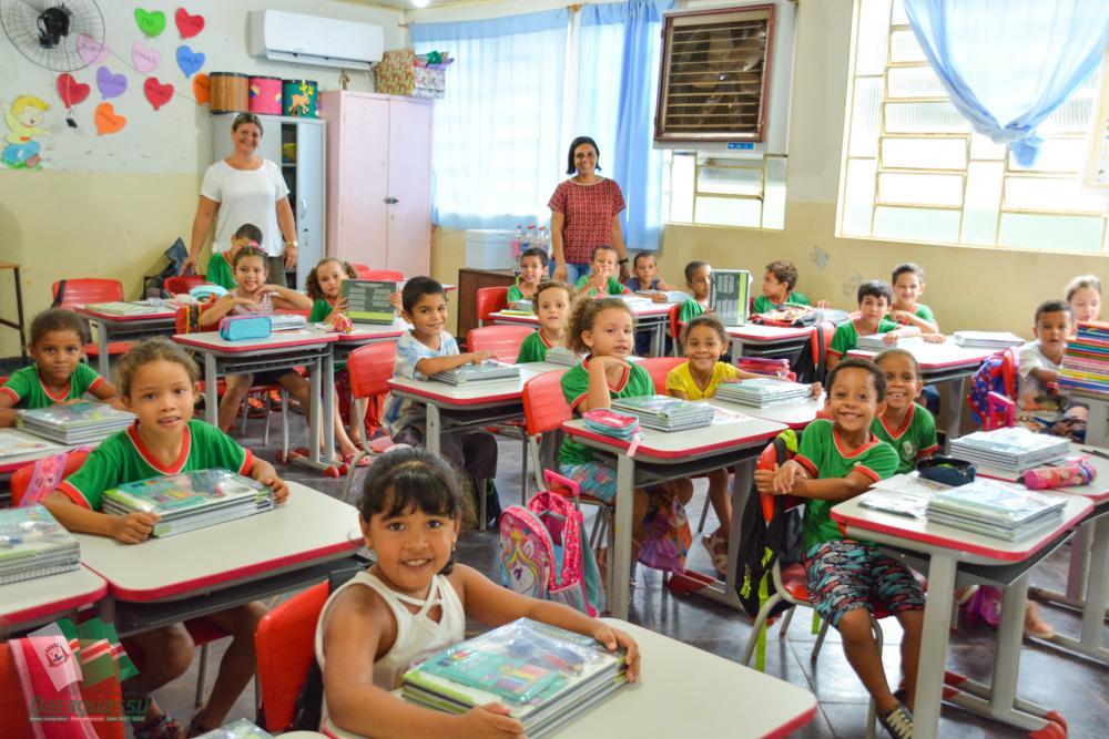 Foram adquiridos este ano, 800 kits escolares atendendo alunos da Educação Infantil e 1.550 kits para alunos do Ensino Fundamental.