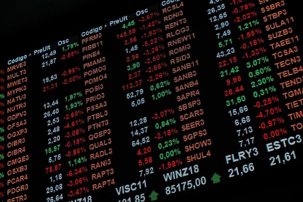 Ibovespa vira para queda puxado por bancos; dólar bate máxima histórica após Copom